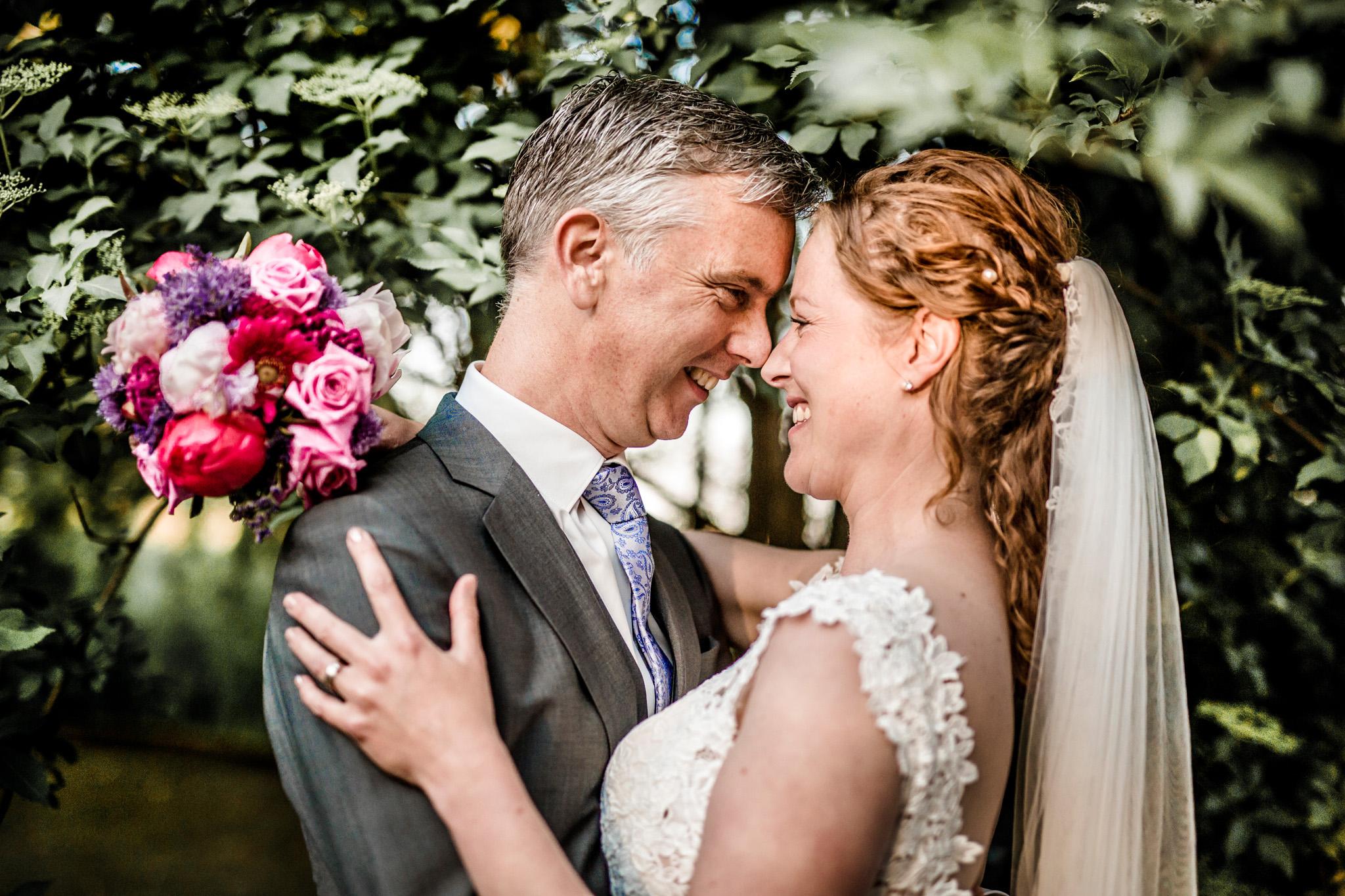 Trouwlocatie verliefd bruidspaar