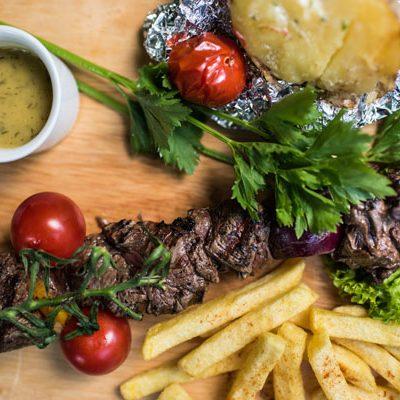 Restaurant Feestlocatie Diner mixed spies, frites, gepofde aardappel en sauzen